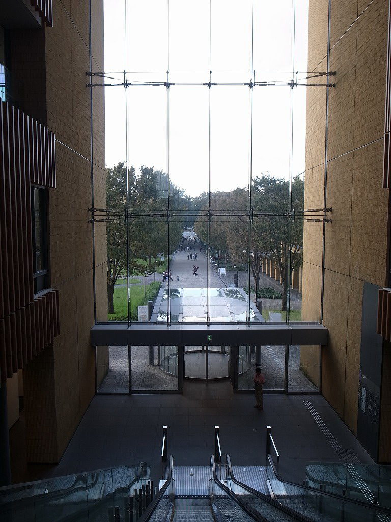 ガラスの大きな吹き抜け、青山学院大学相模原キャンパス