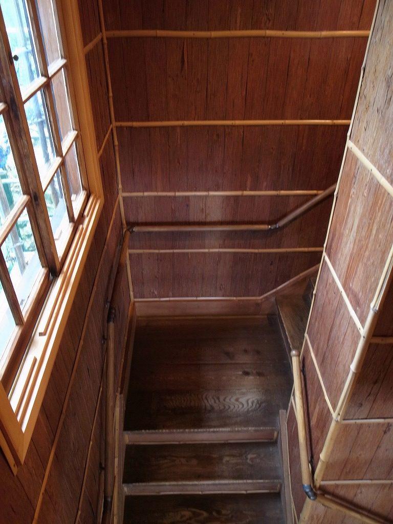 杉皮で囲まれた階段
