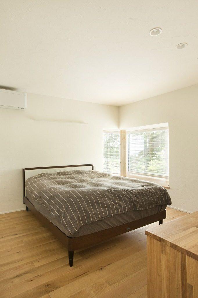 出窓のあるベッドルーム