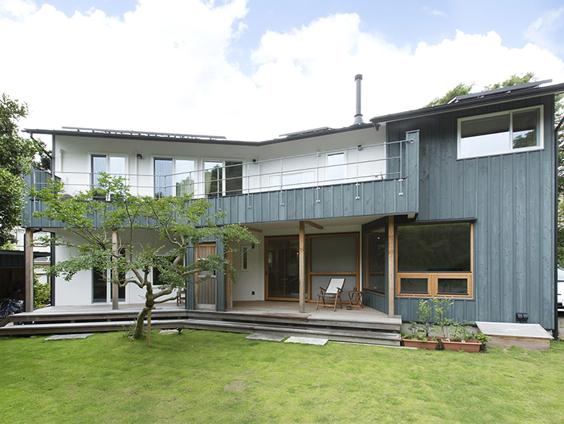 逗子桜山の森に溶け込む家