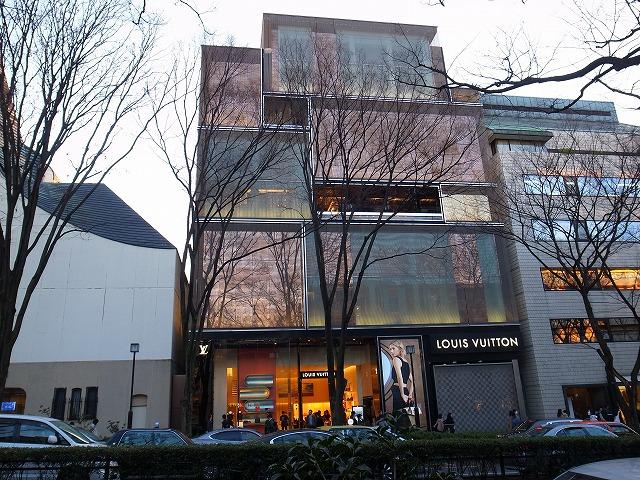 今回の目的はこのルイヴィトンです。この建物は青木淳さんの設計。ルイヴィトンといえば、大航海時代から始まる旅に用いた頑丈な旅行カバンのイメージですが、そういう
